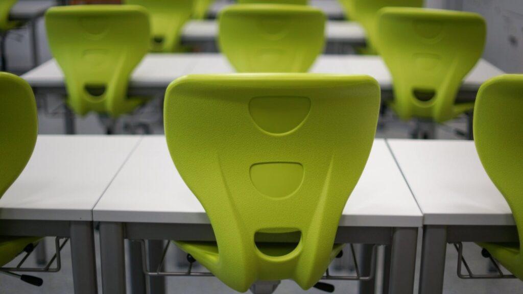 Gdzie wykorzystać krzesła plastikowe?