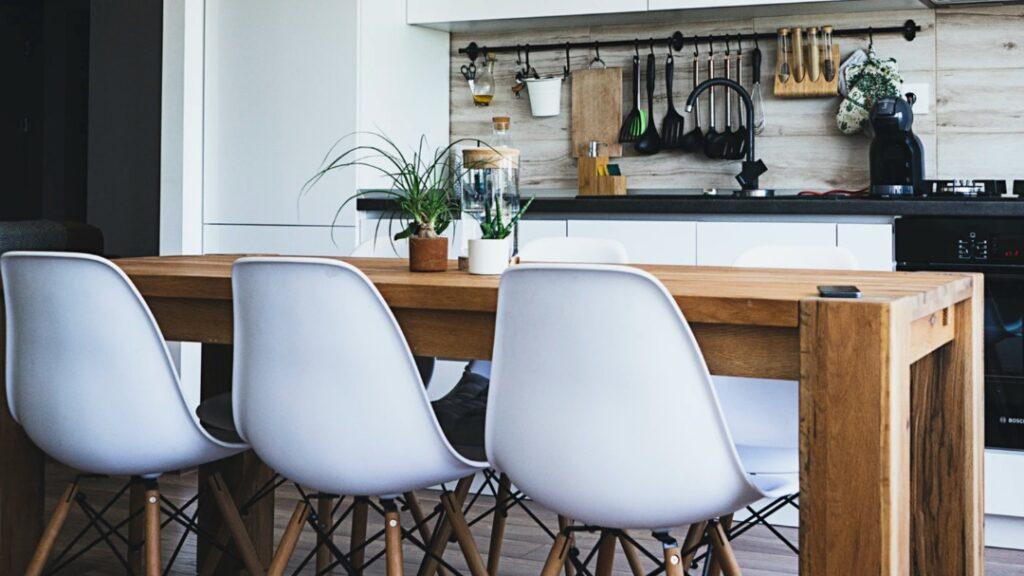 Krzesła plastikowe, czyli wyjątkowy efekt stylistyczny